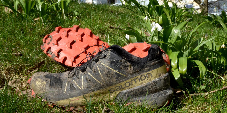 Et par løbesko i græs